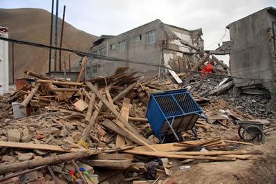 > 强震过后 四层楼房塌下两层  本报讯 青海玉树藏族自治州14日早晨