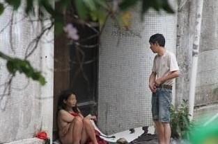 网友实拍流浪汉性侵精神病女子