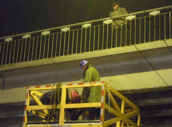 电车供电纤秀人员正在维修线路