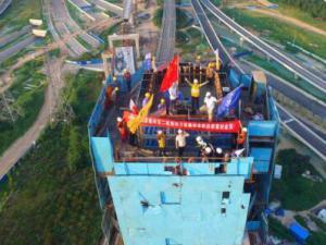 国内铁路最大纵坡最大偏心曲线转体斜拉桥郑万铁路主塔封顶