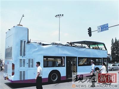 公交车顶层车厢严重变形,中后部几乎被完全砸扁