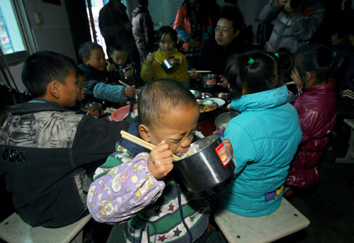 昨日,国家级贫困县恩施鹤峰县42所小学,3937名学生吃上了免费午餐.