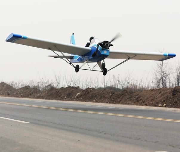 西安大学生10万元自制飞机试飞成功(图)