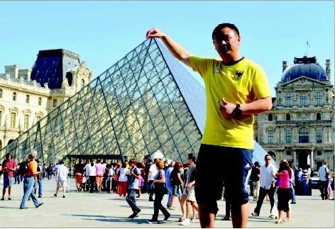 卢浮宫的金字塔前