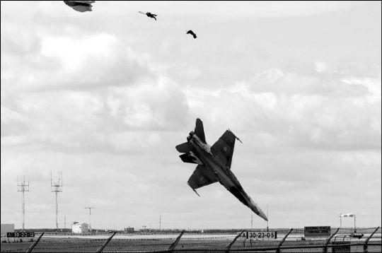 加拿大皇家空军一架f-18战斗机坠毁瞬间.
