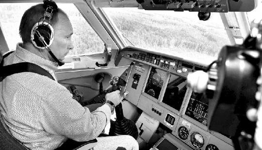 """2010年8月10日,俄罗斯总理普京坐上""""别-200""""水陆两栖消防飞机亲自参加"""