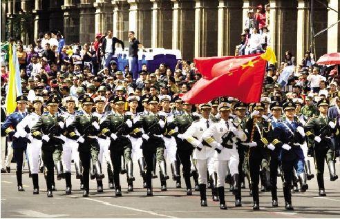 中国人民解放军三军仪仗队经过墨西哥城中央广场