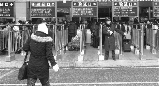 近日,武昌火车站进站口,往日高峰时的人流已变得稀少.