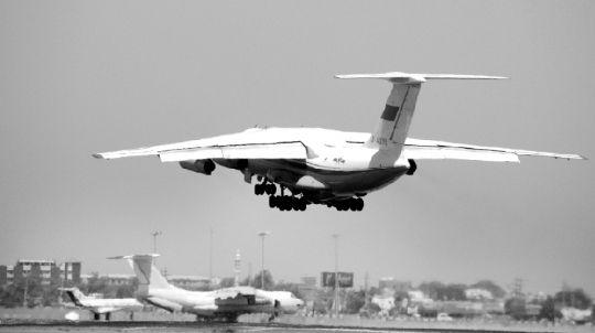 中国空军4架运输机接运我在利人员返回祖国