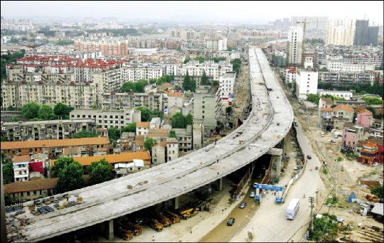 武汉白沙洲大道高架桥俯瞰图.本报记者 张朋 摄
