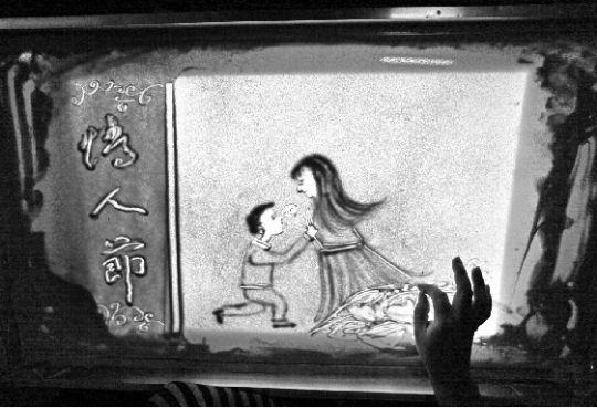 "600)makesmallpic(this,600,1800); src=""http://www.changjiangtimes.com/upload_files/szb/20120208/images/CJA14208C001_s.jpg"" title=""浪漫情人节沙画送祝福"" style=""width:520px;height:355px;""/> 长江商报消息 2月7日,吉林市青年刘勇在用沙子作画,喜迎即将到来的情人节。沙画师刘勇说,情人节就要到了,为了给天下有情人的一个美好的祝福,"