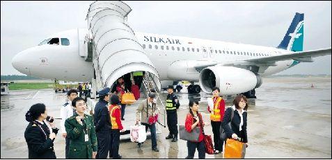 本报记者 吴睿 昨日,胜安航空新加坡至武汉直航,飞机抵达天河机场.
