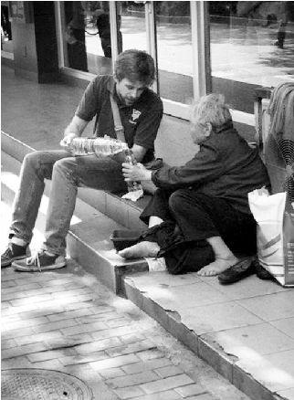 薯条 街头/长江商报消息近日,一张美国男子陪行乞老人吃薯条的照片在网络...