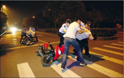 武汉/民警控制飙车人员。通讯员龚宇萍摄