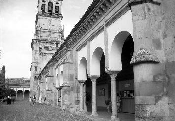 半圆形的西班牙广场倒是开阔,周边拱形的建筑都沿袭了新穆德哈尔风格