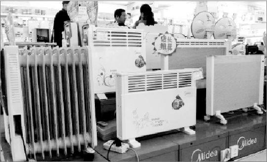 取暖小家电们满足了消费者的不同需求。本报记者 熊园 摄 长江商报消息 主流取暖小家电大起底 本期3C周刊继续聚焦取暖,上期谈论过空调取暖,而这次的主题则是取暖小家电。看重取暖器的移动灵活等特点的消费者不在少数:用取暖器人暖暖的,要是再看看电视吃吃东西,心就暖暖的,有种幸福的感觉。有时在客厅看下电视,有时又想去书房玩玩电脑,我在哪小暖就在哪。 不同于空调,取暖小家电造型各异、技术功能各异,并细分价格、使用群体、场合,套句广告语,在这里,你总能找到你想要的。 正因为能够全面满足消费的各种取暖需