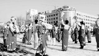 平壤/朝鲜首都平壤,身穿民族服装的演员跳舞庆祝卫星成功发射。新华...