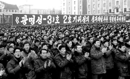 """金正恩/当地时间14日,约15万朝鲜民众集会庆祝""""光明星3号""""卫星成功..."""