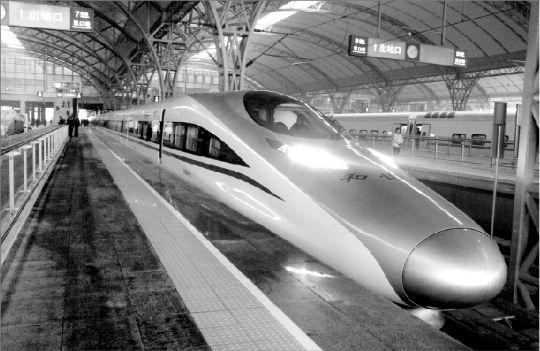 昨日上午9时33分,百年老站汉口站缓缓驶出第一趟高铁G512。 本报记者 田振龙 摄 长江商报消息 京广高铁正式全线贯通 本报讯(记者 马秀佳实习生 张颖 郑娇)昨日,世界上运营里程最长的高速铁路京广高铁正式全线贯通,上午9时整,首发G801次列车从北京西站出发,历时7小时59分钟抵达广州南,途经石家庄、郑州东、武汉(京广高铁的中心)、长沙南四大站点,时速300公里。 而就在当天早上7时30分,G508次动车满载旅客从武汉站开出驶向北京。至此,武汉至北京最快只需4小时18分,较调图前缩短5小时58