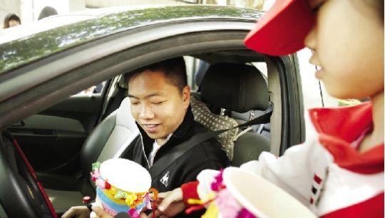 昨日, 一名小志愿者将自己制作的车载垃圾桶送给路过的车主。 本报记者 刘源 摄 长江商报消息 本报讯(记者 崔晶晶 通讯员 周玉琴 刘文嵩 金辉)叔叔你好,这是我亲手做的车载垃圾桶,送给您放在车里。昨日上午,汉阳区城管局、教育局联合开展美化江城,告别车窗抛物活动,20多名小学生志愿者在社区门口将自制的车载垃圾桶送给车主。 昨日上午,在汉阳区翠微复地新城社区门前,20多名小学生围在展台前,现场演示把废旧传单折叠成方形的垃圾桶。 翠微路小学五年级女生小张说道:平时把折好的纸盒放在车里,一点都不占地方