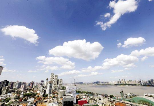 昨日,武汉天气晴好,朵朵白云镶嵌在蓝天上,犹如一团团可口的
