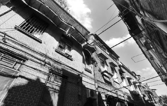 阳光照射下的洞庭村。 本版图片 本报记者 刘源 摄 长江商报消息 洞庭村建设者后人秦继尧回忆 在武汉的老里份中,洞庭村是极典型、且保存得较为完好的一个。位于洞庭街与鄱阳街之间,一条巷子贯通,洞庭村原属于高级里份式住宅,建于1930年代。最初为西段同福里和东段洞庭村,后在上世纪60年代合并为洞庭村。 走进洞庭村,像是进入了一个世外桃源。这里自有一种古朴的生活气息,淡定从容,绿植随处可见,颇有生机。78岁的秦继尧就住在洞庭村4号,她与洞庭村几乎同龄,生在此,长在此。她的外公宋西庚,就是洞庭村最初的
