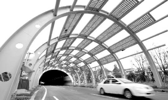昨日,花山大道从九峰一路至花城大道段通车。图为花山大道上的长山隧道。本报记者 王筝 摄 长江商报消息 从光谷到武汉新港仅需15分钟,光谷产品可快速抵达港区发往世界各地 昨日,武汉市东部地区分别贯穿南北和东西的两条交通大动脉花山大道(东湖高新区段)、花城大道(三环线至土吴路段)宣布通车,今后,市民自花山生态新城驱车,3分钟可达三环线,15分钟抵达光谷新中心。 南北: 串起光谷和武汉新港 花山大道是武汉市首条生态景观大道,南起高新大道,北至青化路,一线串起光谷新中心、九峰山系、花山生态新城和白浒山港区