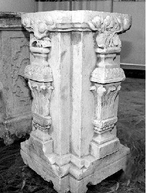 流失的圆明园石柱基上的花纹,图案各不相同.新华网图