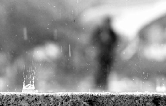 忽大忽小的雨水滴落地面溅起朵朵水花